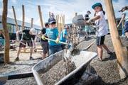 Alle packen an: Der Spielplatz beim neuen Schulhaus in Weinfelden wird von den Schülern selbst gebaut. (Bild: Reto Martin)