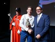 Gemeinderat Beat Schilter (rechts) überreichte den Champion an den ehemaligen Radrennfahrer Martin Elmiger. (Bild: Stefan Kaiser (Cham, 6.Juni 2018))