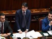Premierminister Giuseppe Conte (Mitte) bei seiner Rede vor dem Abgeordnetenhaus, mit Innenminister Matteo Salvini (r) und Arbeitsminister Luigi Di Maio. (Bild: KEYSTONE/EPA ANSA/ETTORE FERRARI)