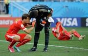 Da braucht es Trost: Argentinien-Goalie Sergio Romero muntert Lichtsteiner auf. Bild: Sergei Grits/AP Photo (São Paulo, 1. Juli 2014)
