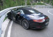Das Auto mit deutschen Kontrollschildern fuhr in die Leitplanke. (Bild: Kantonspolizei Uri (Andermatt, 6. Juni 2018))