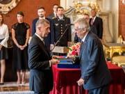 Von Präsident Milos Zeman (r) vereidigt: Tschechiens Ministerpräsident Andrej Babis (l). Im ersten Anlauf war der Multimilliardär mit einer Alleinregierung seiner Partei an der Vertrauensabstimmung im Parlament gescheitert. (Bild: Keystone/EPA/MARTIN DIVISEK)