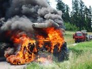 Vollständig ausgebrannt ist dieser Traktor in Grosswangen LU. (Bild: Luzerner Polizei)