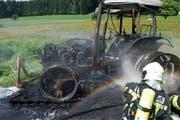 Der Traktor ist vollständig ausgebrannt. (Bild: Luzerner Polizei)