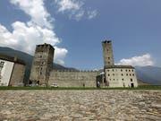 Wolken über der untersten der drei Burgen von Bellinzona im Kanton Tessin in der Schweiz: Finanzprobleme belasten die Geschäftsführung (KEYSTONE/Urs Flueeler) (Bild: KEYSTONE/URS FLUEELER)