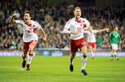 Christian Eriksen (rechts) und Thomas Delaney feiern die WM-Qualifikation. (Bild: Aidan Crawley/Keystone)