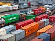 Trotz der gestiegenen Unsicherheit präsentiert sich die Lage für die Exportwirtschaft grundsätzlich positiv (Symboldbild). (Bild: KEYSTONE/GAETAN BALLY)