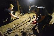 Daniela Wiesli und Stefan Di Staso suchen nach Fundstücken aus der Vergangenheit. In einem alten Wohnhaus an der Ringstrasse werden sie fündig. (Bilder: Christoph Heer)