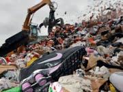 Vom Zoll entdeckt: Gefälschte Markenschuhe werden im Hamburg geschreddert. (Bild: KEYSTONE/AP AH/Axel Heimken)