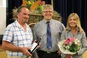 Gemeindepräsident Heinz Keller (Mitte) ehrt Remo D'Incau (20 Jahre Werkhof) und Andrea Sager (10 Jahre Verwaltung). (Bild: Hannelore Bruderer)