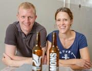 Michael Grüter und Janine Krummenacher präsentieren ihr «Mons»-Bier. (Bild: PD)
