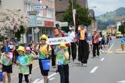Trotz akrobatischer Einlagen wie jene der Stelzenläufer ging das Urnäscher Kinderfest unfallfrei über die Bühne. (Bild: Karin Erni)