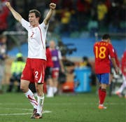 Es ist ein grosser Sieg für die Schweiz: 1:0 gegen Spanien. Das nützt aber später herzlich wenig. Bild: Halden Krog/EPA (Durban, 16. Juni 2010)