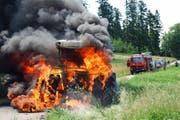 Der Traktor fing aus noch unerklärlichen Gründen plötzlich an zu brennen. (Bild: Luzerner Polizei)