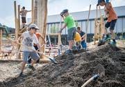 Rund 80 Kinder stehen täglich auf der Baustelle. Eltern unterstützen die Kinder freiwillig. (Bild: Reto Martin)