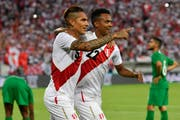 Paolo Guerrero (links) und Pedro Aquino sind glücklich, dass Guerrero mit dabei sind. (KEYSTONE/Gian Ehrenzeller)