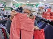 Die Konsumentenpreise sind gestiegen: eine Frau kauft eine Hose (Symbolbild). (Bild: KEYSTONE/CHRISTOF SCHUERPF)