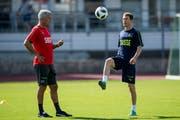 Trainer Vladimir Petkovic und Lichtsteiner bereiten sich derzeit auf die WM in Russland vor. Bild: Gabriele Putzu/Keystone (Lugano, 29. Mai 2018)