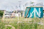 Der Kunstcontainer auf der Hafenpromenade bei der Eröffnung. (Bild: Andrea Stalder)