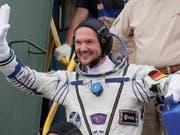 Ein letztes Winken vor dem Abflug: der deutsche Astronaut Alexander Gerst ist von Baikonur in Kasachstan zu seinem zweiten Raumflug gestartet. (Bild: Keystone/AP POOL/DMITRI LOVETSKY)