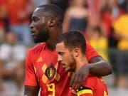 Die belgischen Torschützen Romelu Lukaku und Eden Hazard gratulieren sich gegenseitig (Bild: KEYSTONE/AP/GEERT VANDEN WIJNGAERT)