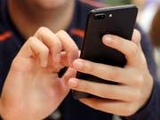 Das Zählen der zurückgelegten Schritte mittels Smartphone oder Armband gehört zu den einfachsten Formen des Lifelogging und es ist zugleich die beliebteste. (Bild: Keystone/AP/)