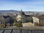 Das Hauptgebäude der ETH Zürich: Die Schweizer Vorzeige-Uni erhält im QS-Hochschulranking ihren Spitzenplatz im internationalen Universitätswettbewerb bestätigt. (Bild: KEYSTONE/CHRISTIAN BEUTLER)
