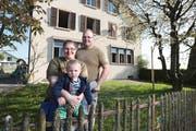 Sandra und André Kurmann mit Sohn Lars vor ihrem neuen Heim, dem ehemaligen Schulhaus in Alikon, das sie in ein Zweifamilien-Wohnhaus umbauen wollen. (Bild: Roger Zbinden, 21. April 2018)