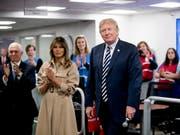 Zeigte sich nach einer Nierenoperation und mehrwöchiger Absenz wieder vor TV-Kameras: US-Präsidentengattin Melania Trump. (Bild: KEYSTONE/AP/ANDREW HARNIK)
