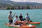 Dario Aemisegger, Beat Ulrich, Marcel Kurz und Andreas Kammerer (von links) lancieren einen Stand-Up-Paddle-Event. (Bild: Jolanda Riedener)