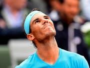 Hilfe von oben? Bevor Regen die Partie gegen Diego Schwartzman unterbrach, geriet Rafael Nadal mit Satz und Break in Rückstand (Bild: KEYSTONE/EPA/CAROLINE BLUMBERG)