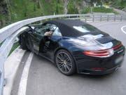 Bei der Fahrt in die Leitplanke zwischen Andermatt und Göschenen hat sich der Lenker dieses Autos verletzt. (Bild: Kantonspolizei Uri)