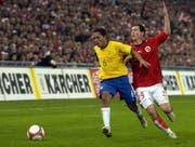 Lichtsteiner im ersten Länderspiel gegen Brasilien, hier im Zweikampf mit Correia Adriano.Bild: Karl Mathis/Keystone (Basel, 15. November 2006)