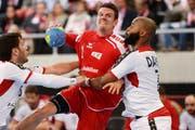 Andy Schmid (mitte), hier im Handball EM Qualifikationsspiel Schweiz - Portugal, spielt bald mit dem Handballnationalteam in der Zuger Bossard-Arena.Bild: Steffen Schmidt/freshfocus