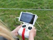 Landwirtschaftliche Forschung sei durchaus an den Standort gebunden, finden zahlreiche Parlamentarier. Im Bild benutzt eine Forscherin in Ettenhausen TG eine Drohne zur Bestimmung der Grasqualität. (Bild: Keystone/GAETAN BALLY)