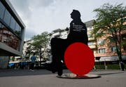 Der Mann im Rollstuhl ist eine der Silhouetten, die derzeit auf dem Bundesplatz ausgestellt sind. (Bild: Stefan Kaiser (Zug, 06. Juni 2018))