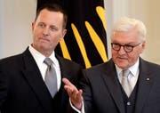 Richard Grenell (links) bei seinem Amtsantritt beim deutschen Bundespräsidenten Frank-Walter Steinmeier. (Michael Sohn/AP, Berlin, 8. Mai 2018)