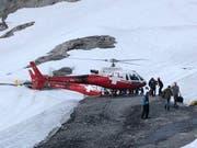 Helikopter bringen Passagiere der Titlis-Bahn am Dienstagabend zur Zwischenstation Stand. (Bild: PD)