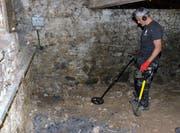 Stefan Di Staso untersucht den Boden des unbewohnten Hauses an der Ringstrasse.