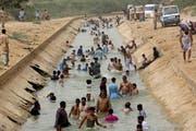 Bewohner der pakistanischen Stadt Karatschi kühlen sich bei Aussentemperaturen von 44 Grad in einem Fluss ab. (Fareed Khan/AP (30. Mai 2018))