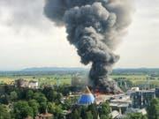 Eine schwarze Rauchsäule steigt über dem Europapark Rust auf. Im Freizeitpark war am 26. Mai ein Grossbrand ausgebrochen. (Bild: Keystone/dpa/CHRISTINE GERTLER)