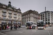 Der Schwanenplatz in Luzern mit Reisecars. Bild: Pius Amrein