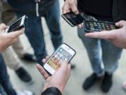 Jugendliche nutzen heutzutage bereits im frühen Alter Smartphones. (Bild: KEYSTONE/CHRISTIAN BEUTLER)
