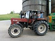 Mit dem Traktor mitzufahren, gehört für die Schüler zu den Höhepunkten auf dem Bauernhof.