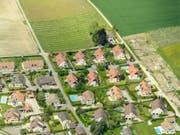 Noch ist nicht alles Land innerhalb der Bauzone verbaut: eine Fläche so gross wie der Kanton Schaffhausen darf noch zubetoniert werden. Diese Fläche dürfe nicht vergrössert werden, fordern die Jungen Grünen. (Bild: Keystone/LAURENT GILLIERON)