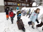 Der Nationalrat sorgt sich nach einem Bundesgerichtsentscheid um die Existenz von Schneesportlagern. Er beauftragt der Bundesrat mit einem Bericht zu finanziellen Möglichkeiten. (Bild: KEYSTONE/ARNO BALZARINI)