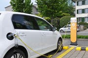 Ein Elektroauto wird an der EWO-Elektrotankstelle beim Gemeindehaus in Kerns mit Strom betankt. (Bild: Matthias Piazza (Kerns, 7. Mai 2018))