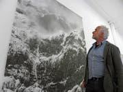 Der Fotograf Fridolin Walcher vor einem seiner grossformatigen Bilder. (Bild: Therese Schurter)