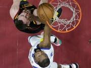Kevin Durant von den Golden State Warriors (in weiss) trat auch im dritten Playoff-Final der NBA unwiderstehlich auf (Bild: KEYSTONE/AP/CARLOS OSORIO)