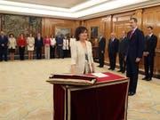 Vize-Regierungschefin Carmen Calvo legt in Anwesenheit von König Felipe VI. (r) den Amtseid ab. Im Hintergrund sind Calvos Kabinettskolleginnen und -Kollegen. (Bild: KEYSTONE/EPA EFE POOL/JJ GUILLEN / POOL)